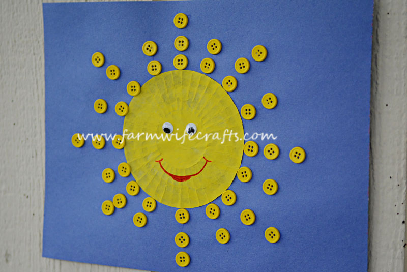 A simple to make toddler craft that teaches color recognition and helps develop eye hand coordination. These Yellow Cupcake liner Sun Shines are sure to brighten your day!