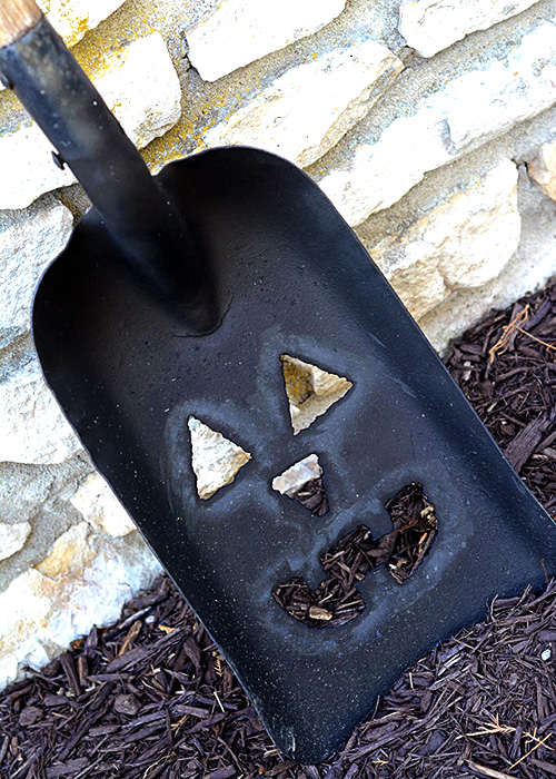 Fall is here and it seems everyone loves decorating for Fall!  This DIY Pumpkin Shovel would add the perfect touch to any Fall display!
