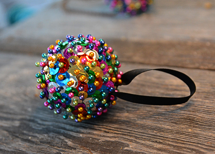 New Year's Eve may look a little different this year.  Whether you are ringing in the New Year at home, or with friends, you may be looking for something to keep the kids entertained while waiting for the ball drop.  This New Year's Eve Ball Craft For Kids only requires a few simple supplies and will no doubt keep the kids occupied so you can enjoy the evening.